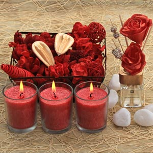 Festive Gift Set of 3 Glass Scented Candles and Potpourri basket